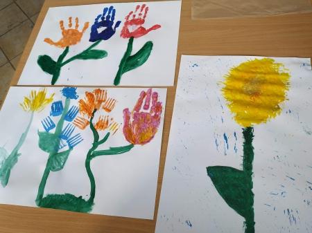 Kwiaty dłonią, paluszkami i widelcem odciskane.