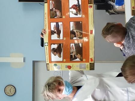Prelekcja i nauka udzielania pierwszej pomocy.