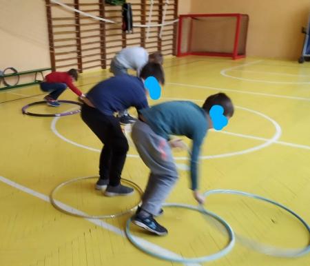 Zabawy ruchowe- Sport to zdrowie a świetliki świetnie się przy tym bawią