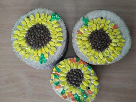 Słoneczniki na plastrach drewna